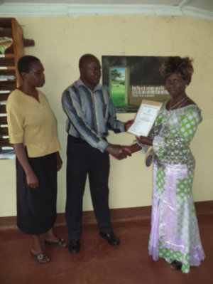Rosemary, Chiza et Nicodème, directeur de MHAC lors de la remise du diplôme.